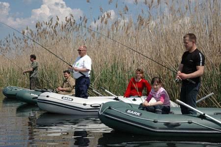 Ловля удочкой на реке с лодки